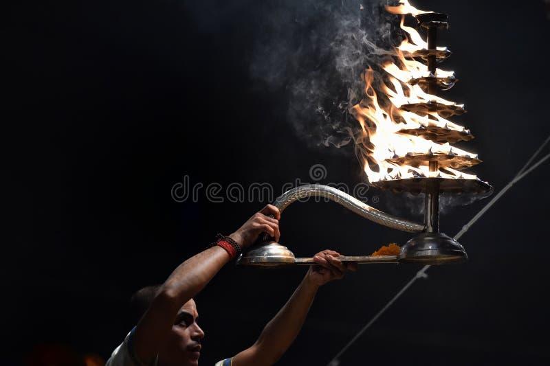 Varanasi, India, 25 November, 2017: De ceremonie van Gangaaarti royalty-vrije stock foto's