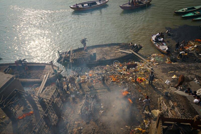 Varanasi/India-13 07 2019: Obrządek palić trupu zdjęcia stock