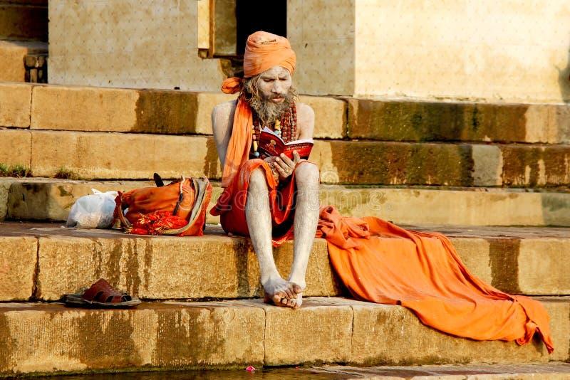 VARANASI, INDIA - OCT 23: Een kluizenaar bidt op ghat in Ganga r royalty-vrije stock foto