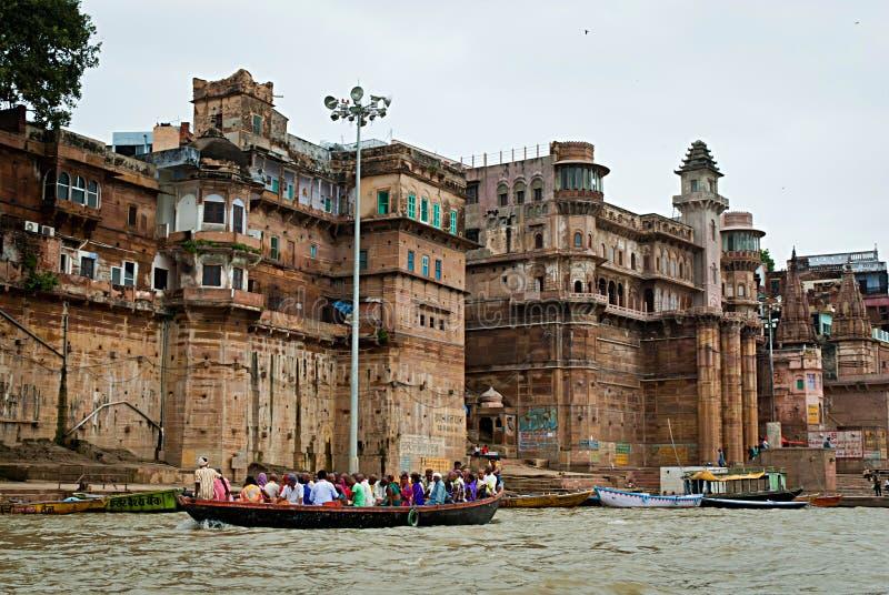 VARANASI INDIA, OCT, - 1: Hinduscy ludzie w łodzi blisko Ghat na zdjęcie stock