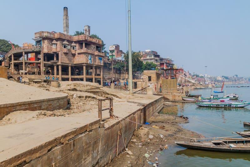 VARANASI INDIA, PAŹDZIERNIK, - 25, 2016: Widok elektryczny crematorium w Varanasi, Ind obrazy royalty free