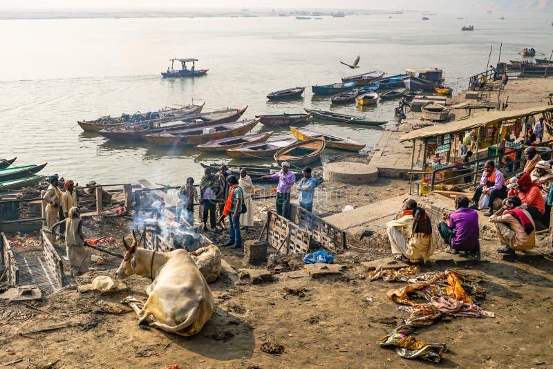 Varanasi/India-13 07 2019: Rito de quemar al cadáver foto de archivo