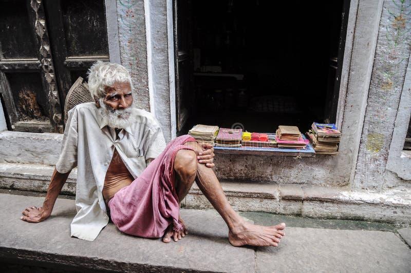 Varanasi, India, 19 september, 2010: Oude Indische mensenzitting op a royalty-vrije stock foto