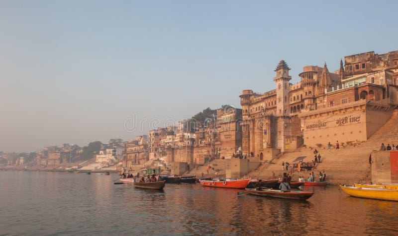 VARANASI INDIEN - Januari, 26, 2013: Helig stad av Varanasi arkivfoton
