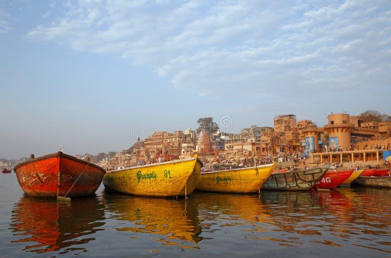 VARANASI, INDIEN - 20. MÄRZ 2018: Farbboote auf Ganga-Fluss stockbild