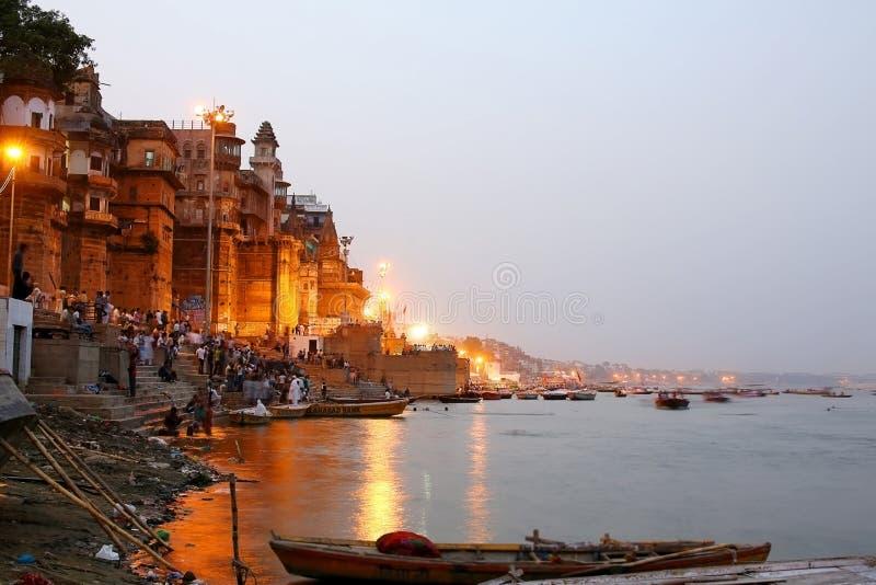 VARANASI, INDIEN - MAI 2013: Alltagsszene durch den Ganges stockbilder
