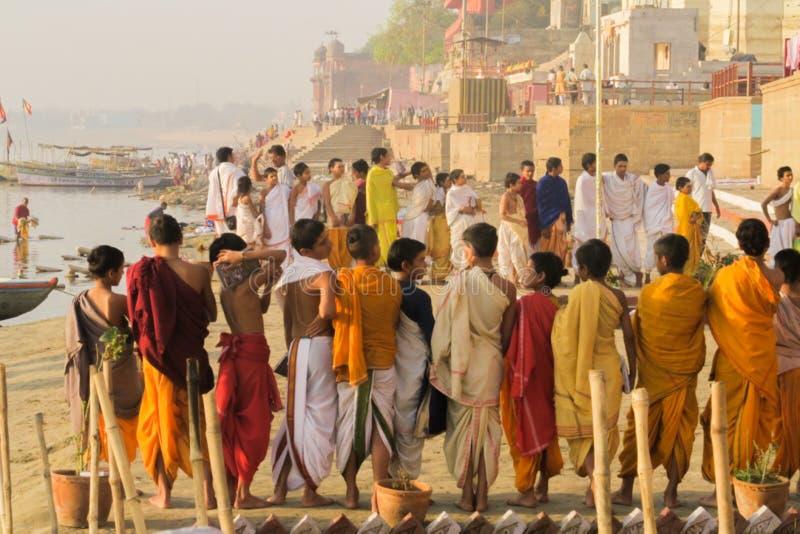 Varanasi/Indien - mars 25, 2017, unga hinduiska präster på riversid royaltyfri fotografi