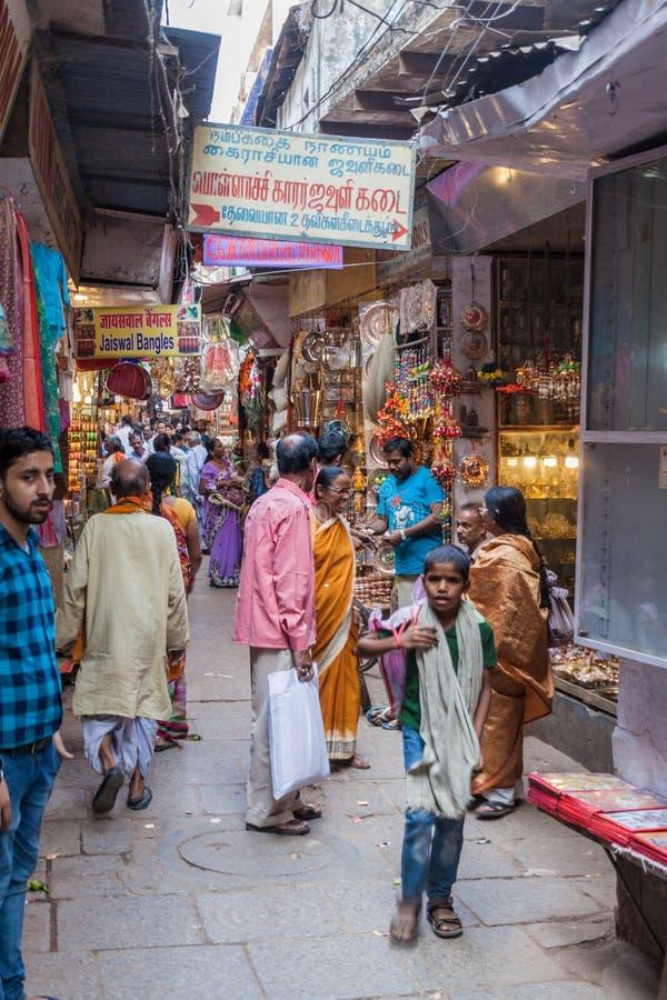VARANASI, INDIEN - 25. OKTOBER 2016: Ansicht einer schmalen Gasse in Varanasi, Indi stockfotografie