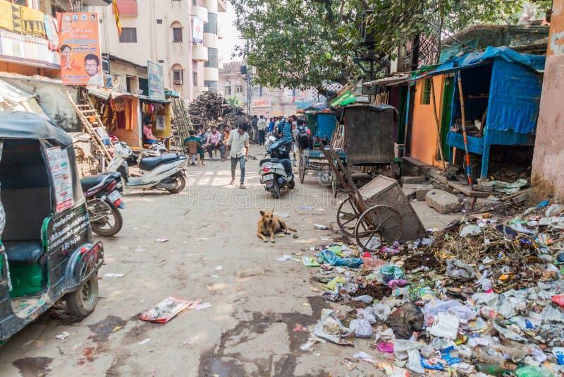 VARANASI, INDIEN - 25. OKTOBER 2016: Schmutzige Gasse in der Mitte von Varanasi, Ind stockbilder