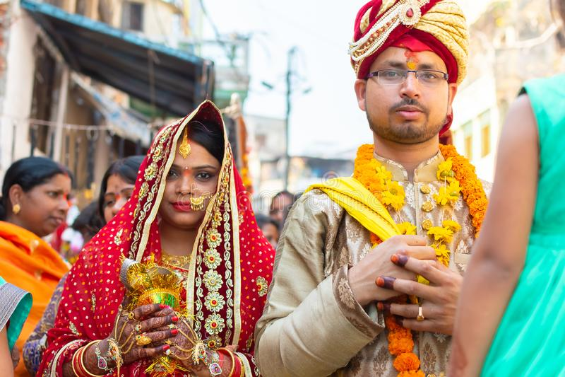 Varanasi, l'Inde, le 10 mars 2019 - épouse triste d'inconnu et marié triste allant à un mariage dans les rues près de la rivière  photo libre de droits