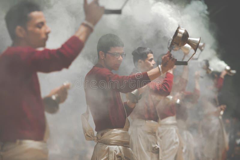 VARANASI, LA INDIA - 25 DE ENERO DE 2017: Lámparas de Kapoor que agitan muchedumbres fotografía de archivo