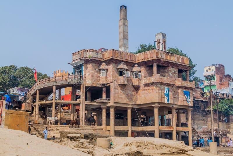 VARANASI, LA INDIA - 25 DE OCTUBRE DE 2016: Vista del crematorio eléctrico en Varanasi, Ind imagenes de archivo