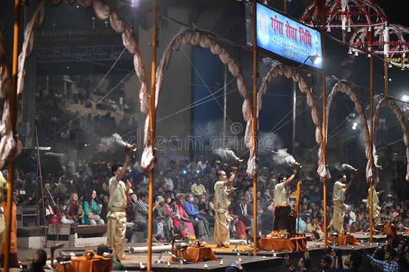 Varanasi, la India, el 25 de noviembre de 2017: Ceremonia del aarti de Ganga fotografía de archivo