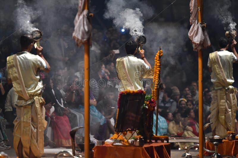 Varanasi, la India, el 25 de noviembre de 2017: Ceremonia del aarti de Ganga foto de archivo libre de regalías