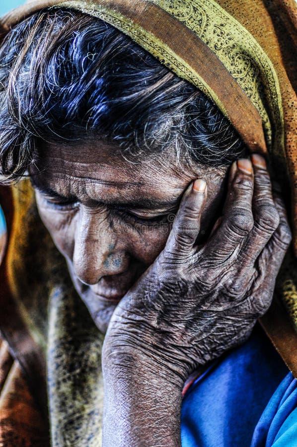 Varanasi, la India, septemper 16, 2010: Vieja mujer india que descansa él imagen de archivo libre de regalías