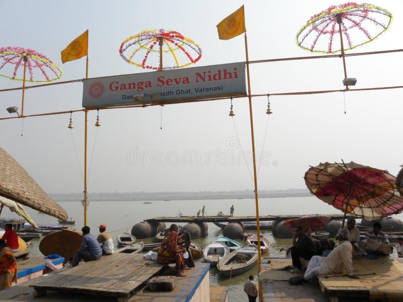 Varanasi, Uttar Pradesh, Índia - 1º de novembro de 2009 Ganga Seva Nidhi, Dashashwamedh Ghat na manhã foto de stock royalty free