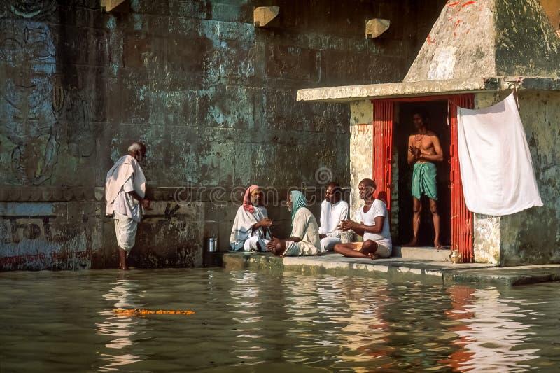 Varanasi, Uttar Pradesh/Índia - em novembro de 1998: Os brahmins hindu executam a cerimônia da oração foto de stock
