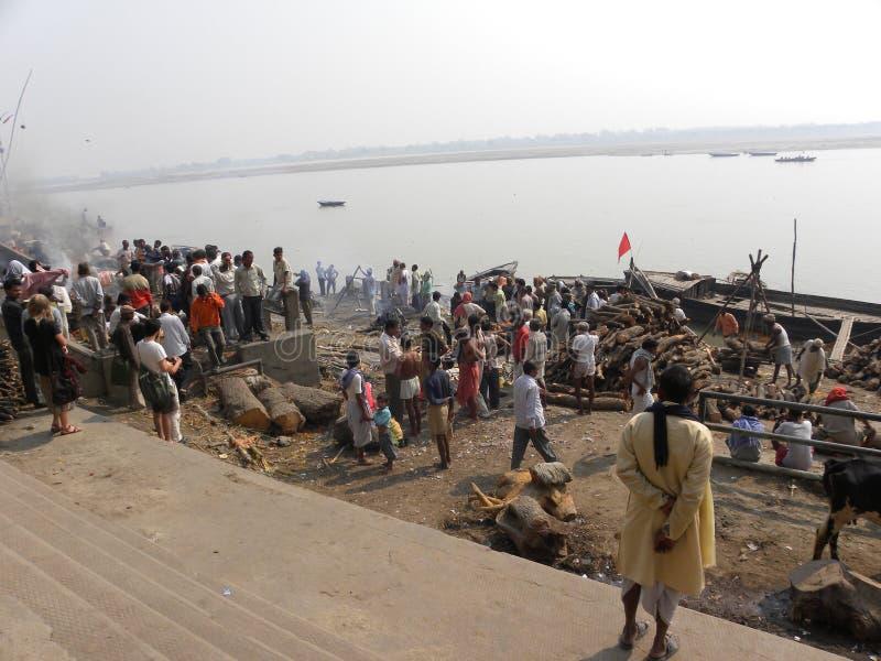 Varanasi, uttar pradesh, Inde - 1er novembre 2009 au sol d'incinération chez Manikarnika Ghat avec la vue de la rivière Ganga photo libre de droits