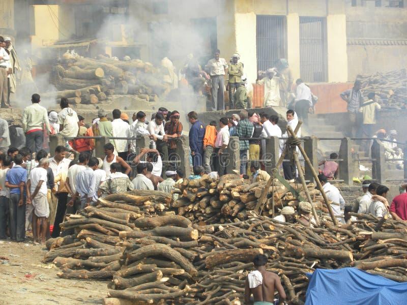 Varanasi, uttar pradesh, Inde - 1er novembre 2009 bois de chauffage et les gens aux au sol d'incinération dans Manikarnika Ghat images libres de droits