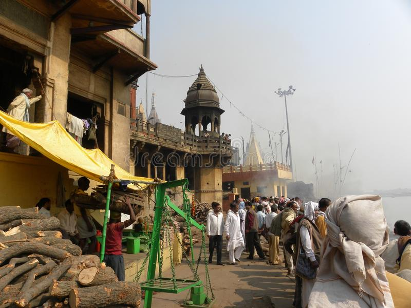 Varanasi, uttar pradesh, Inde - 1er novembre 2009 les gens se sont réunis aux au sol d'incinération chez Manikarnika Ghat images stock