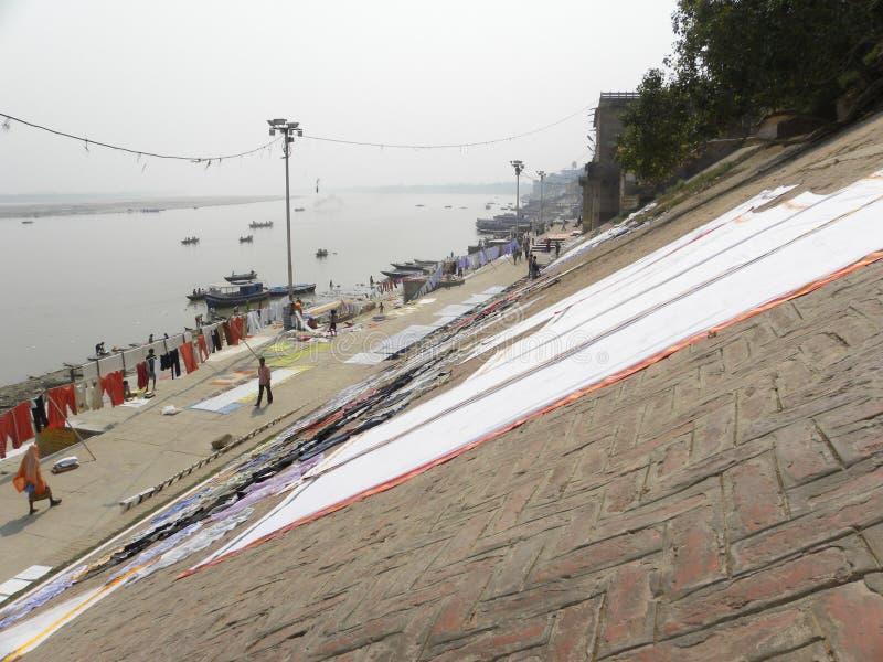 Varanasi, uttar pradesh, Inde - 1er novembre 2009 les vêtements ont placé pour sécher sur la surface oblique dans les ghats images libres de droits