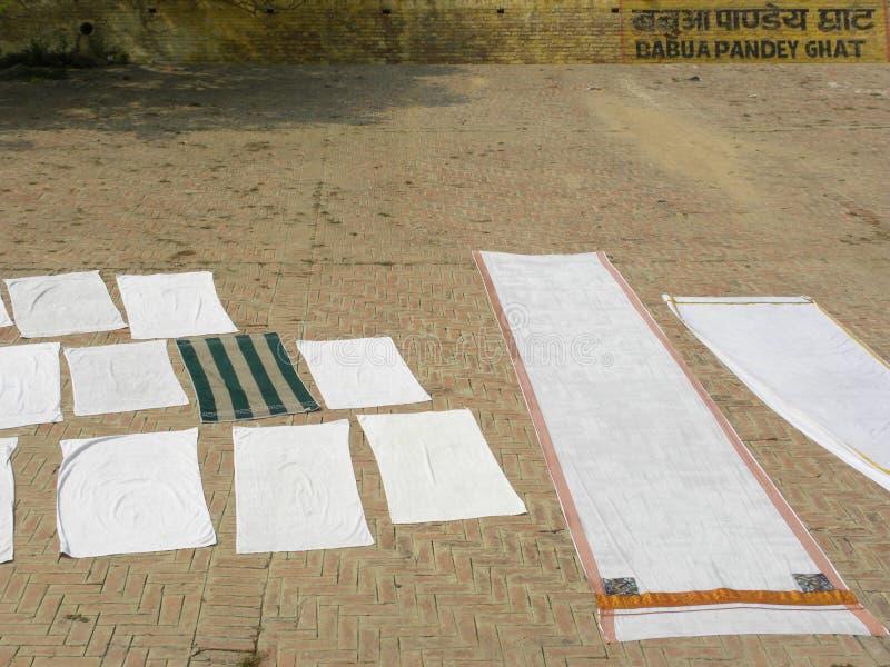 Varanasi, uttar pradesh, Inde - 2 novembre 2009 les gens ont laissé les vêtements pour sécher dans le Babua Pandey Ghat photos stock