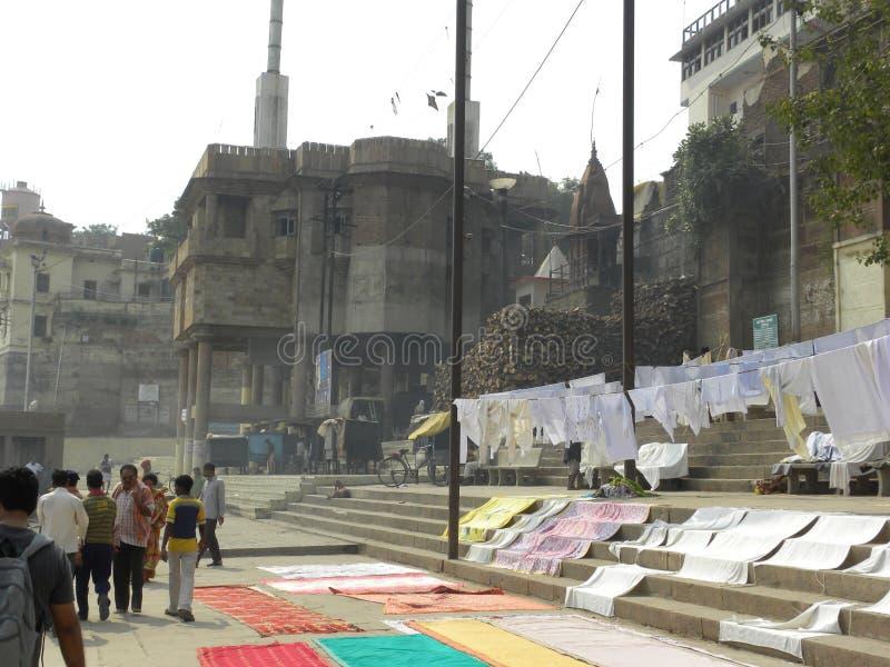 Varanasi, uttar pradesh, Inde - 2 novembre 2009 vêtements traînant pour sécher aux ghats photos stock