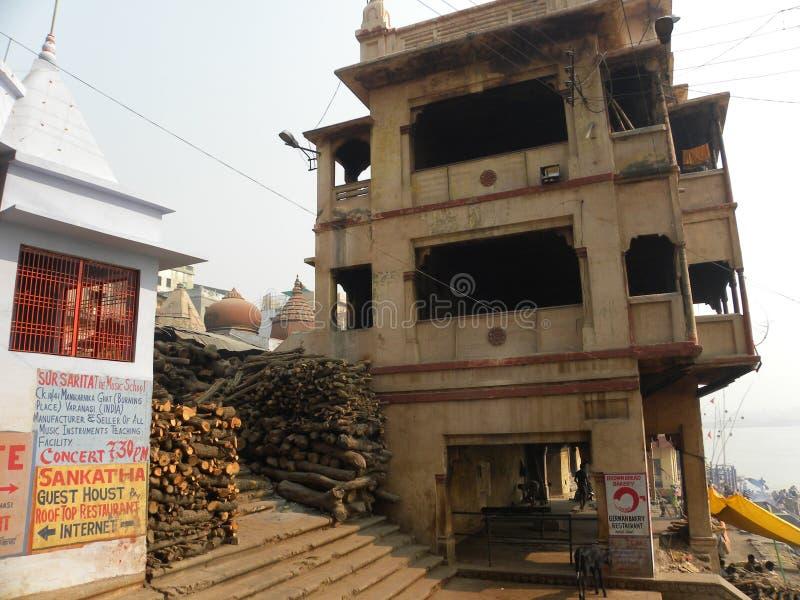 Varanasi, uttar pradesh, Inde - 2 novembre 2009 vieux édifices hauts et temple chez Manikarnika Ghat photos libres de droits