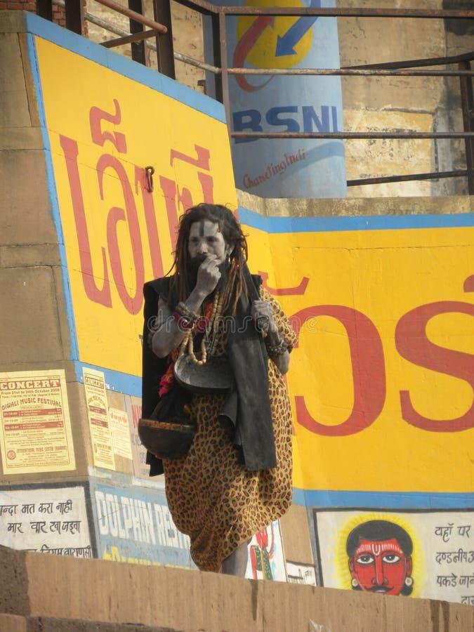 Varanasi Uttar Pradesh, Indien - November 3, 2009 Aghori sadhu med askaen på hans framsida som går på ghatsna royaltyfri foto
