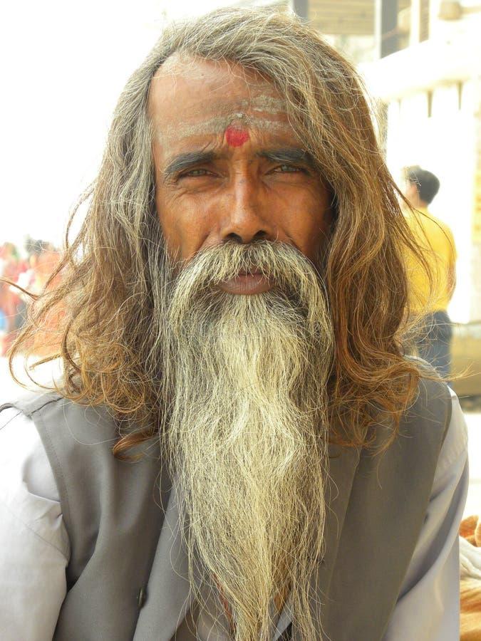 Varanasi, Uttar Pradesh, la India - 1 de noviembre de 2009 sacerdote hindú con la barba gris grande del color y el pelo largo imágenes de archivo libres de regalías