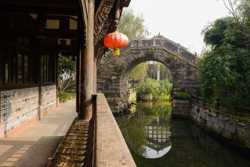 Varanda tradicional chinesa do beira-rio no meio-dia ensolarado do inverno fotos de stock