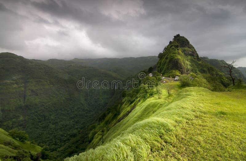 Varandha Ghats een bergpassage over de kam van Westelijke Ghats met toneelwatervallen, meren en dicht hout, Mahad, stock foto