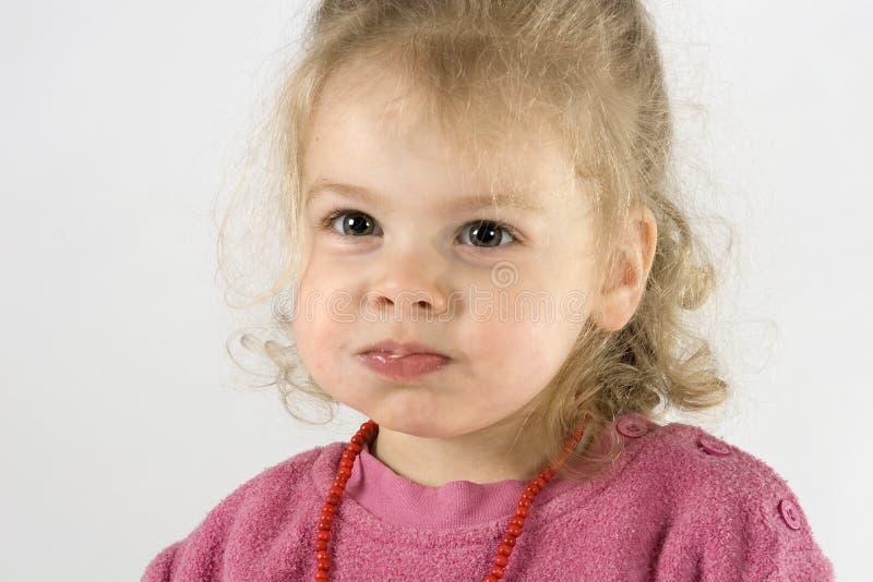 varar fräck mot den knubbiga flickan little intelligens royaltyfri bild
