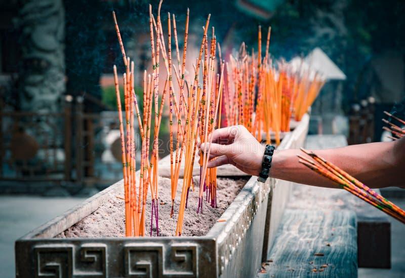 Varas aromáticas de queimadura do incenso em um templo da taoista de Wong Tai Sin, Hong Kong foto de stock royalty free