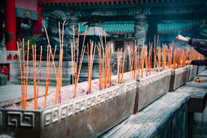 Varas aromáticas de queimadura do incenso em um templo da taoista de Wong Tai Sin, Hong Kong foto de stock