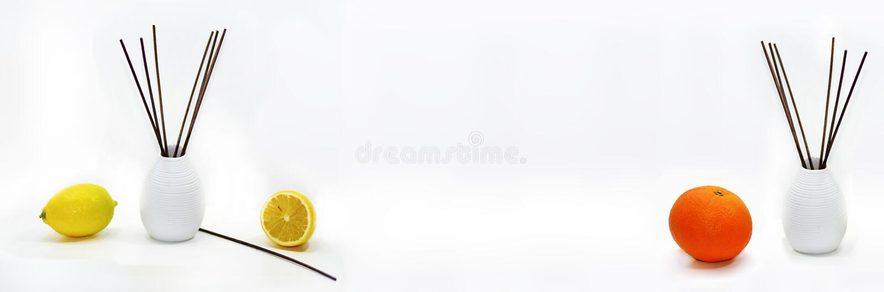 Varas aromáticas para a casa no vaso cerâmico branco com frutos fotografia de stock royalty free
