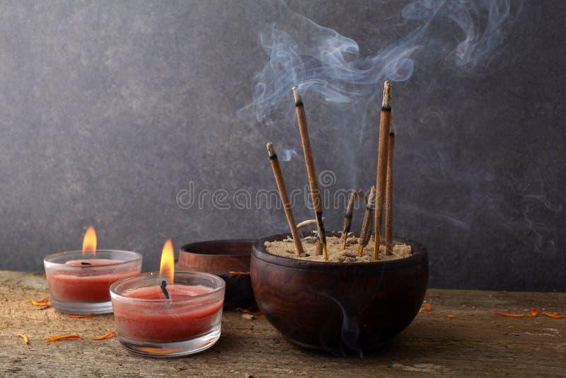 Varas arom?ticas ardentes do incenso Incense para que os deuses rezando da Buda ou do hindu mostrem o respeito foto de stock
