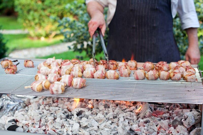 Varas crepitantes do assado com carne e vegetais fotos de stock royalty free