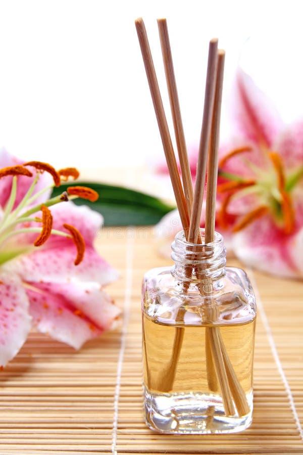 Varas da fragrância ou difusor do perfume com flores foto de stock