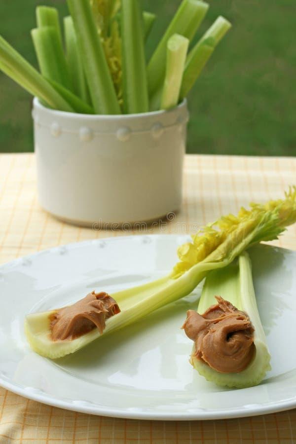 Varas de aipo com manteiga de amendoim fotografia de stock