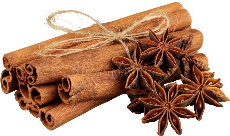 Varas de canela e anis de estrela no fundo branco foto de stock royalty free