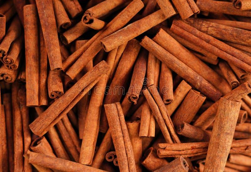 Varas de canela em um bazar fotografia de stock royalty free