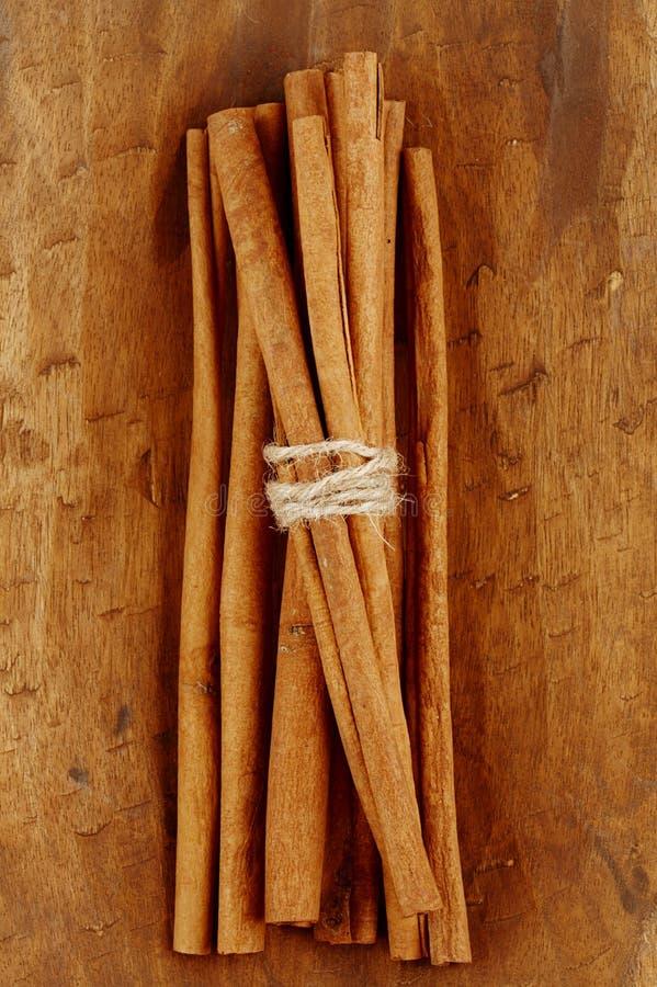 Varas de canela na bacia de madeira velha imagens de stock