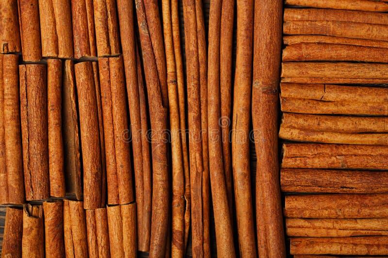 Varas de canela no fundo de madeira imagens de stock