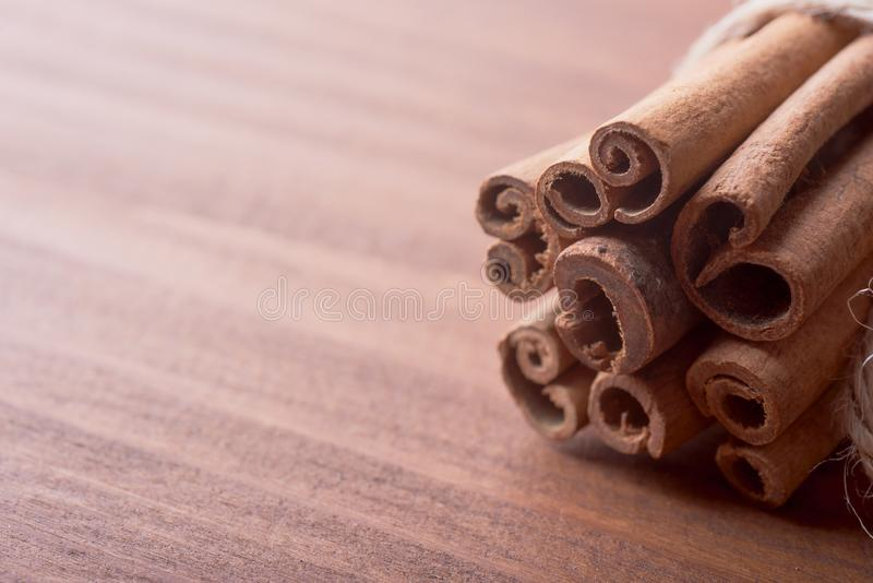 Varas de canela no fundo de madeira imagem de stock royalty free