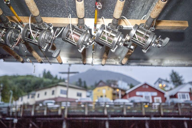 Varas de pesca e carretéis amarrados a um feixe de telhado fotografia de stock