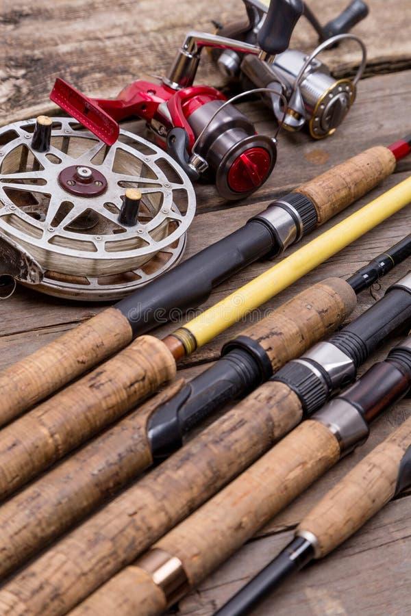 Varas de pesca e carretéis em placas de madeira fotografia de stock royalty free