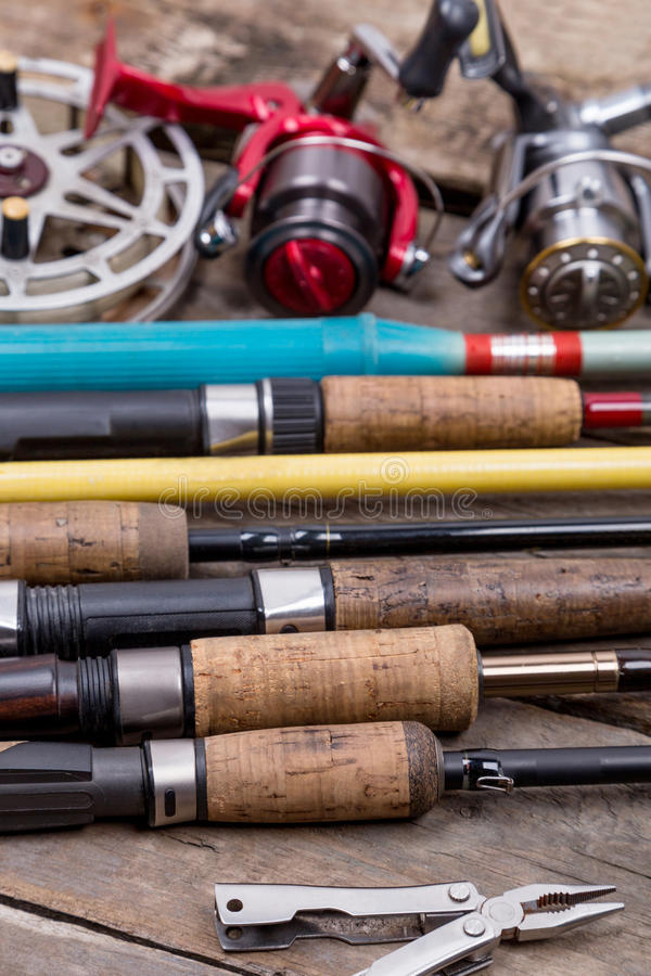 Varas de pesca e carretéis em placas de madeira imagem de stock royalty free