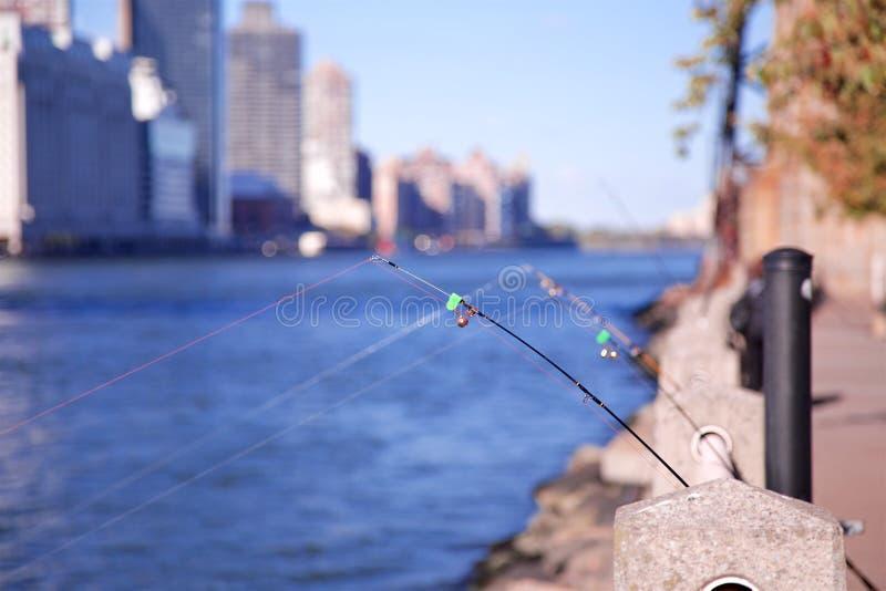 Varas de pesca em NYC foto de stock