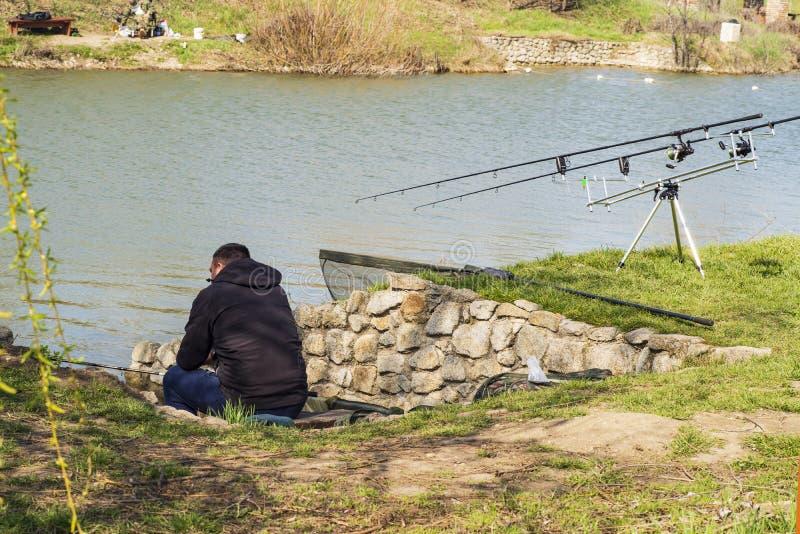 Varas de pesca no banco de rio, imagem de stock royalty free